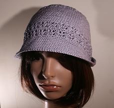 Chapeau simple au crochet, bordure étroite et motifs ajourés, en fil de coton gris argent
